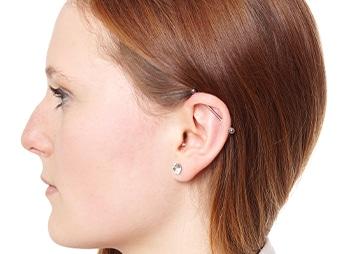 Frau mit Industrial Piercing