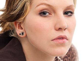 Frau mit Lobe Piercing